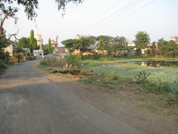 The road in to Moti Pethan